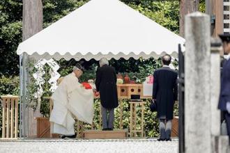 神武天皇陵を参拝される天皇陛下=26日午前、奈良県橿原市