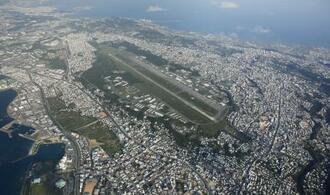 米軍普天間飛行場(中央)と周辺の住宅地=2015年10月、沖縄県宜野湾市