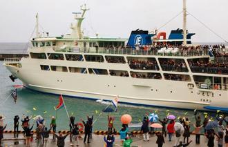 本土から中高生らが年間約5万人訪れる伊江島の民泊。港では歓迎や見送りで多くの人が集まる=伊江港(村提供)