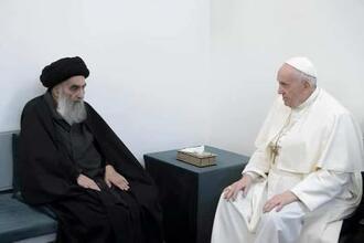 6日、イラク中部ナジャフで、イラクのイスラム教シーア派最高権威シスタニ師(左)を表敬訪問するローマ教皇フランシスコ(ロイター=共同)