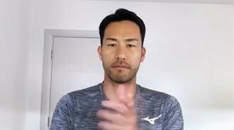 動画で医療従事者らに拍手を送るサッカー日本代表の吉田麻也=8日
