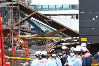 事故が発生した工事現場=26日午後0時40分、那覇空港