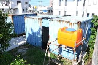 大麻草300本が栽培されていたコンテナ。水タンクや室外機が設置されていた=浦添市牧港