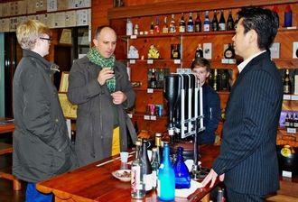 泡盛を試飲するマイケル・ブース氏(左から2人目)=8日、那覇市首里崎山町の瑞泉酒造