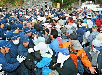 過去最大級の座り込み抗議行動に500人余りの市民が集まり、機動隊ともみ合いになった=11日午前7時20分、名護市辺野古の米軍キャンプ・シュワブゲート前(長崎健一撮影)