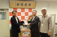 クリスマスにチキンを、沖縄の児童養護施設へ500本 与那原そばが寄贈