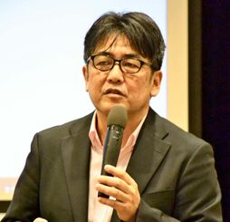 「ヘイトスピーチは何か」をテーマに講演する安田浩一さん=14日、那覇市・教育福祉会館