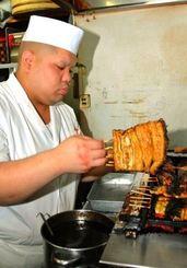 ウナギを焼き上げる仲本政都料理長=7月29日、名護市港・円山