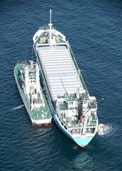 遊漁船と衝突した貨物船「はやと」(右)=28日午前9時55分、茨城県の鹿島港(共同通信社ヘリから)