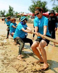 「絶対に負けないぞ!」泥に足を食い込ませ力いっぱい綱を引く女性たち