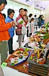 ハーブを使った料理コンテストで出品作品に見入る人たち=石垣市健康福祉センター