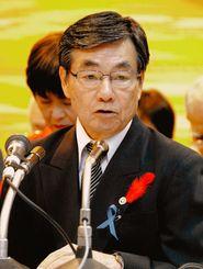 市長選を前に2期目に向けた政策を発表する稲嶺進氏=5日午後5時40分ごろ、名護市の大西公民館