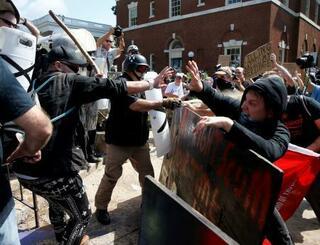 集会で衝突する白人優位主義者ら(左)と抗議する人々=シャーロッツビル(ロイター=共同)