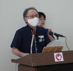 記者会見で「感染の急拡大を危惧している」と述べる沖縄県の玉城デニー知事=26日、沖縄県庁