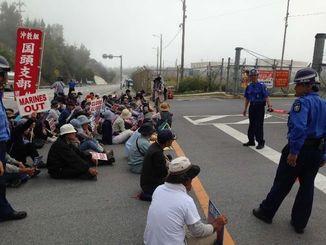 作家の目取真俊氏逮捕に対し米軍当局に抗議の意思を示す市民ら=6日午前9時半ごろ、名護市辺野古の米軍キャンプ・シュワブゲート前