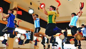 開会式に向け練習に励む県内海外の琉球國祭り太鼓のメンバー=22日、豊見城市民体育館(下地広也撮影)