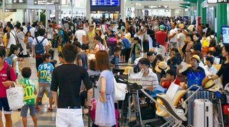 台風15号の影響で欠航便が相次ぎ利用客で混雑する那覇空港のチェックインロビー=24日午後5時半