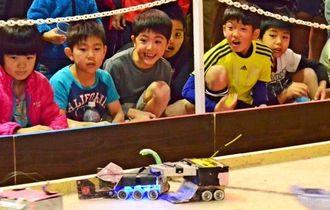 ロボットアメフットに歓声を上げる子どもたち=14日、浦添市民体育館