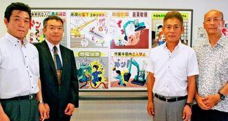 建設マネジメントマンガフォーラムの庄司卓郎会長(左から2人目)、前田憲一副会長、谷口正晴副会長(右から)ら