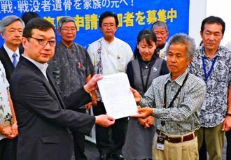 希望者全員のDNA鑑定を、厚労省の吉田和郎事業課長に要請したガマフヤーの具志堅隆松代表(前列右)ら=12日、東京都・産院議員会館