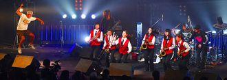 ライブで共演した山内中吹奏楽部とオレンジレンジのメンバー=20日午後、沖縄市民会館
