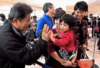 正月を沖縄で過ごした親類や家族との別れを惜しむ乗客=3日午後2時ごろ、那覇空港(伊藤桃子撮影)