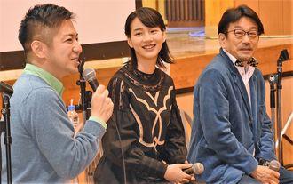 映画「この世界の片隅に」を語るのんさん(中央)=16日、大宜味村