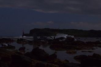 リーフ上にある大破したオスプレイ=14日午前2時ごろ、名護市安部の海岸