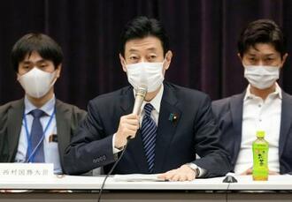 専門家らによる新型コロナの基本的対処方針分科会で発言する西村経済再生相=14日午前、東京・永田町