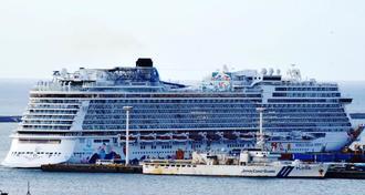 県内初入港した大型クルーズ船「ワールド ドリーム」=3日午後、那覇国際コンテナターミナル