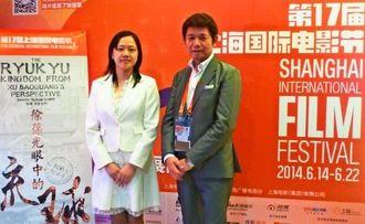 ドキュメンタリー映画「徐葆光が見た琉球」を総合監修した鄔揚華さん(左)と、プロデューサーの末吉真也さん=上海永華電影城