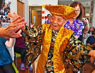 110歳の誕生日をカチャーシーで祝う津波蒲戸さん=10日、読谷村座喜味の紅華の森
