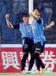 川崎―横浜FC 後半、チーム2点目のゴールを決め、喜ぶ川崎・旗手(左)=等々力