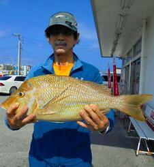 泡瀬海岸で58・8センチ、2・75キロのタマンを釣ったチーム八遊会の小那覇正さん=6日