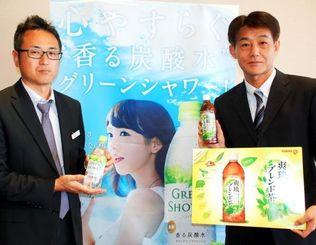 爽琉ブレンド茶をPRする長野社長(右)=4日、沖縄タイムス社