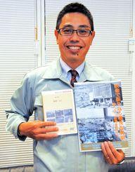 復刻したDVDを手にする那覇市立中央図書館の上江洲寛主幹=11月28日、沖縄タイムス社
