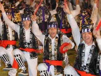 躍動感のある演舞でトリを飾った屋慶名青年会=3日、うるま市・与那城運動公園陸上競技場(喜屋武綾菜撮影)