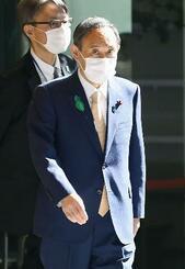 首相官邸に入る菅首相=15日午前