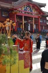 琉球王国時代の新春の儀式「子之方御拝」が再現された=1日、首里城御庭