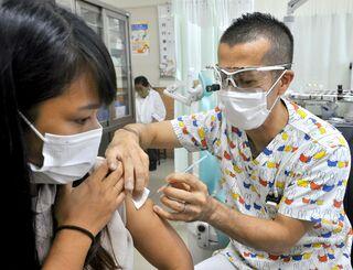 新型コロナウイルスのワクチンを注射する新垣香太医師=7月30日、糸満市潮平・耳鼻咽喉科かおる医院