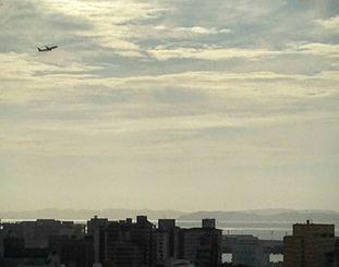 那覇空港を離陸し、東シナ海上空を飛ぶ航空機