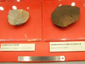 サキタリ洞遺跡で見つかった砂岩(左)と、伊礼原E遺跡で見つかった土器=7日、那覇市おもろまち、県立博物館・美術館