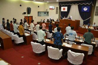 抗議決議案を全会一致で可決した宜野湾市議会=18日午前10時15分ごろ、同市議会