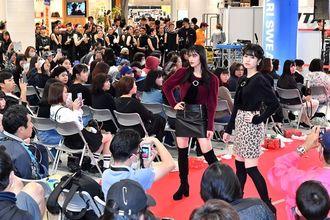 「にんきもん」で披露された高校生のファッションショー。多彩な姿に来場者の歓声が絶えませんでした=21日、サンエー浦添西海岸パルコシティ