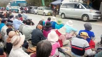 山城議長らの逮捕に抗議し、ゲート前に座り込む市民ら=30日、東村高江のN1ゲート