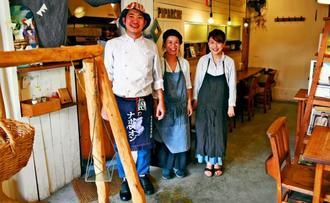 店を切り盛りする(左から)池城安信さん、マリヤさん夫妻とスタッフの野尻夏菜恵さん