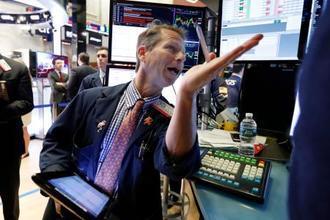 ニューヨーク証券取引所のトレーダー=14日(AP=共同)