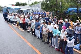 腕を組んで並び、抗議の声を上げる市民ら=8日、東村高江