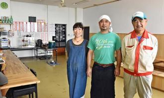 店を営む(左から)平良路子さん、夫の宗康さん、パインスムージーなどの商品開発に携わる地元農家の山城弘一さん=8日、国頭村宇嘉・まるひら食堂