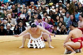 大相撲沖縄場所で土俵入りを披露する横綱白鵬=14日、うるま市具志川ドーム(下地広也撮影)